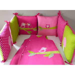 tour de lit gigoteuse oiseaux hibou rose fushia vert pomme pois id e d co chambre. Black Bedroom Furniture Sets. Home Design Ideas